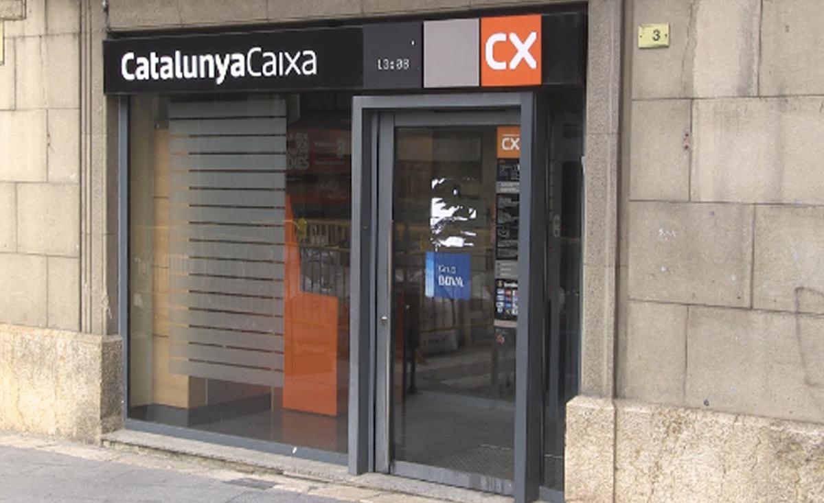 Els ve ns del nucli antic denuncien el tancament de l for Oficina catalunya caixa